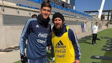 Leonardo Balerdi con Lionel Messi. (Foto: twitter.com/CLMerlo)
