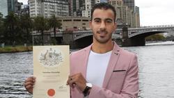 Hakim Al-Araibi zeigt in Melbourne seine Einbürgerungsurkunde