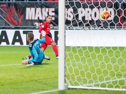 Zakari el Azzouzi scoort tijdens het competitieduel van FC Twente met FC Utrecht zijn eerste goal in de Eredivisie. (31-01-2016)