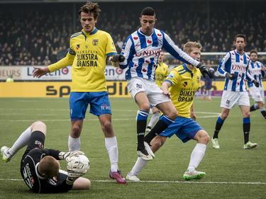 Younes Namli (r.) hoopte om de bal langs Leonard Nienhuis (l.) te spelen tijdens de Friese derby SC Cambuur - sc Heerenveen. Etiënne Reijnen hoeft niet in te grijpen. (15-02-2015)