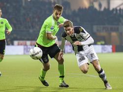 Joël Veltman ziet dat Robin Gosens (r.) bij hem wegdraait. De Ajax-verdediger moet de achtervolging in zetten. (17-10-2015)