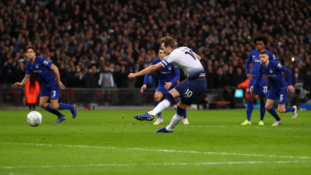 Kane anota el penalti contra el Chelsea de potente disparo. (Foto: Getty)