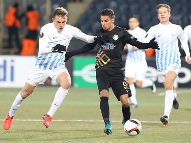 Adam Maher (r.) vecht voor Osmanlispor een duel uit met een speler van FC Zürich. (08-12-2016)