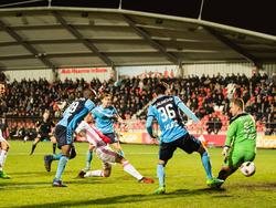 In een wirwar van spelers schiet Ajacied Ezra Walian zijn tweede van de avond binnen tegen Jong FC Utrecht. (03-04-2017)