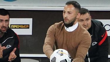 Spartaks Trainer Domenico Tedesco (M.) reagiert an der Seitenlinie
