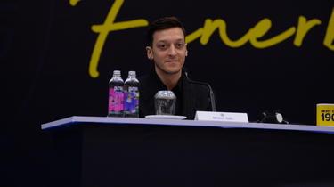Mesut Özil setzt seine Karriere in der Türkei fort