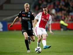 Vincent Vermeij (l.) moet in de achtervolging bij Nick Viergever (r.) tijdens het bekerduel Ajax - De Graafschap. (23-09-2015)