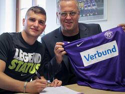 Petar Gluhakovic strahlt bei der Vertragsunterzeichnung.