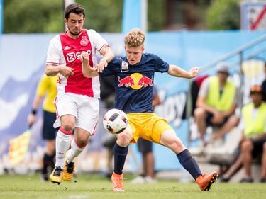 Amin Younes (l.) gaat het duel aan met Maximilian Mayer (r.) tijdens de oefenwedstrijd FC Liefering - Ajax. (09-07-2016)