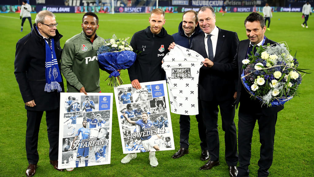 Benedikt Höwedes (M.) wurde am Dienstagabend auf Schalke verabschiedet
