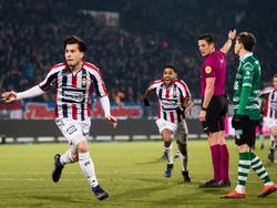 Thom Haye (l.) is belangrijk voor Willem II. Hij zet zijn ploeg in de slotseconde op een 3-2 voorsprong. (27-01-2017)