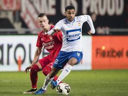 Anouar Kali (r.) heeft Bersant Celina (l.) achter zich gelaten tijdens het duel FC Twente - Willem II. (04-03-2017)