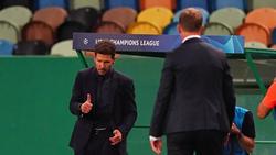 Diego Simeone (l.) hält sich am Spielfeldrand selten zurück
