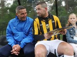 Hendrie Krüzen (l.) maakt een dolletje met Theo Janssen (r.) tijdens een training van Vitesse. (23-06-2013)