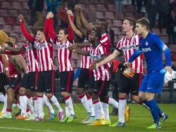 De spelers van PSV vieren de zwaarbevochte 1-0 overwinning op ADO Den Haag. (01-11-2014)