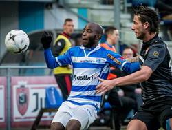PEC Zwolle speler Jody Lukoki (l.) en Willem II speler Mitchell Dijks (r.) hebben alleen oog voor de bal. (04-04-2015)