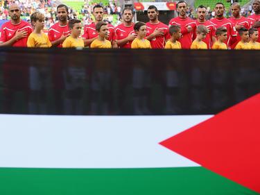Vor dem Duell mit Jordanien in der Gruppe D lauschen die Spieler Palästinas ihrer Nationalhymne. Die Partie geht mit 1:5 verloren. (16.01.2015)