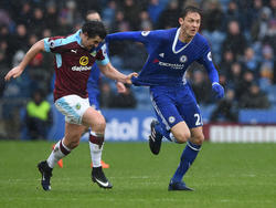 Nemanja Matic (dcha.) pugna un balón ante el Burnley. (Foto: Getty)
