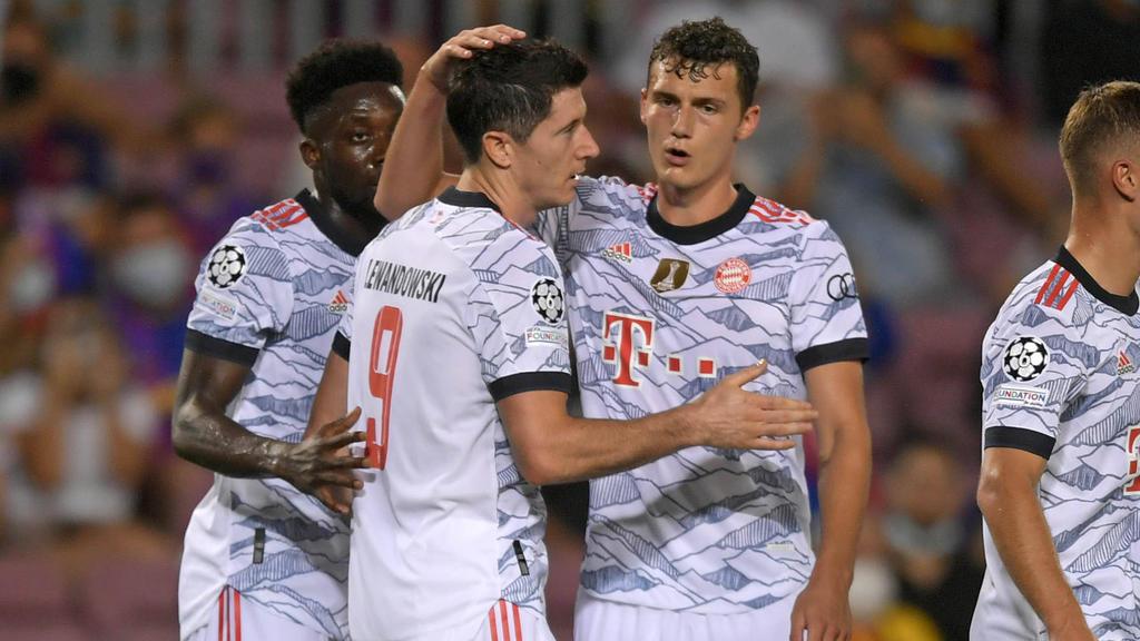Stars des FC Bayern unter sich: Lewandowski (l.) wird von Pavard (r.) beglückwünscht