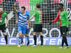 Trent Sainsbury (l.) steekt zijn vingertje in de lucht, want hij heeft met zijn eerste Eredivisie-doelpunt de 0-1 van PEC Zwolle tegen NEC Nijmegen gemaakt. (06-12-2015)