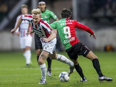 Willem II-aanvaller Nick van der Velden (l.) probeert de bal mee te nemen, maar daar slaagt hij niet in. Daardoor kan NEC'er Joey Sleegers (r.) overnemen. (17-01-2016)