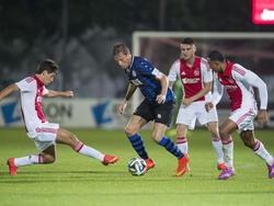 Robert van Boxel (Sparta Rotterdam) probeert drie spelers van Jong Ajax van zich af te schudden. (15-09-2014).