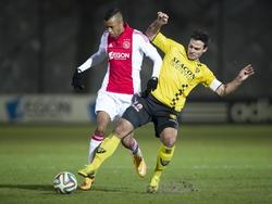 Guus Joppen (r.) komt invliegen voor een tackle op de bal om Richairo Živković van de bal te zetten tijdens het competitieduel Jong Ajax - VVV-Venlo. (01-12-2014)