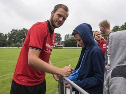 FC Twente-doelman Sonny Stevens deelt handtekeningen uit tijdens de voorbereiding van zijn club op het nieuwe seizoen. (25-06-2016)