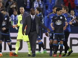 Seedorf se marcha con sus jugadores a los vestuarios tras el partido. (Foto: Imago)