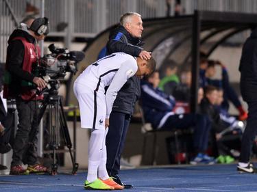 Deschamps mima a Kylian Mbappé antes de salir a un partido. (Foto: Getty)