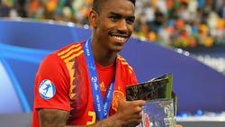 Firpo con el trofeo de la Eurocopa Sub-21.