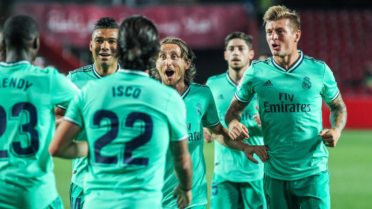 Toni Kroos (r.) eilt mit Real derzeit von Sieg zu Sieg