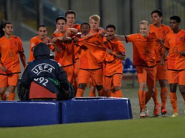 De spelers van Oranje -17 houden het shirt van Anthony Berenstein voor de camera. Berenstein haakte tijdens het Europees Kampioenschap in Malta af met een blessure. (18-5-2014)