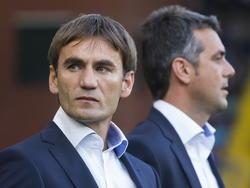 Nebojša Gudelj (l.) en Marino Pušić (r.) nemen plaats op de bank voorafgaand aan het duel NAC Breda - NEC. (30-08-2013)