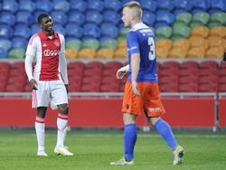 Elton Acolatse (l.) baalt nog even na nadat hij een kans heeft gemist tegen FC Den Bosch. Tim Hofstede schakelt alweer om en loopt richting het middenveld. (23-02-2015)