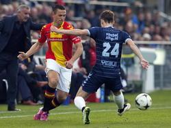 Wesley Verhoek (l.) probeert een medespeler te bereiken tijdens het competitieduel Go Ahead Eagles - Willem II. (25-04-2015)