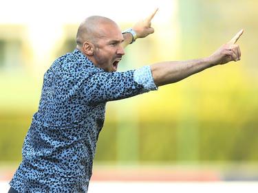 WAC-Trainer Christian Ilzer zeigt die Richtung an, an die es gehen soll