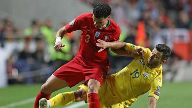 Pepe (l.) im Duell mit Junior Moraes (r.)