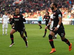 Ömer Toprak celebra su gol junto a Chicharito. (Foto: Getty)