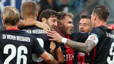 Die Spieler von Wehen Wiesbaden feiern den ersten Sieg der laufenden Zweitligasaison