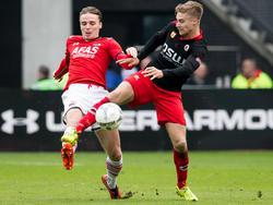 Tom van Weert (r.) is uitgezakt naar het middenveld en gaat een duel aan met Ben Rienstra (l.)  tijdens de wedstrijd AZ - Excelsior. (06-03-2016).