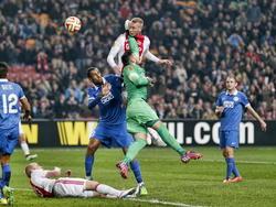 Mike van der Hoorn (m.) van Ajax scoort de 2-1 in de achtste finale van de Europa League tegen Dnjepr Dnjepropetrovsk, maar het doelpunt kom te laat. (19-03-2015)