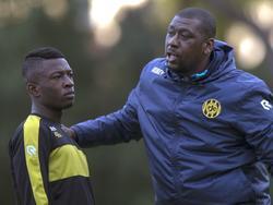 Assistent-trainer Regillio Vrede (r.) gaat tijdens het trainingskamp van Roda JC het gesprek aan met Willem Ofori (l.). (04-01-2016)