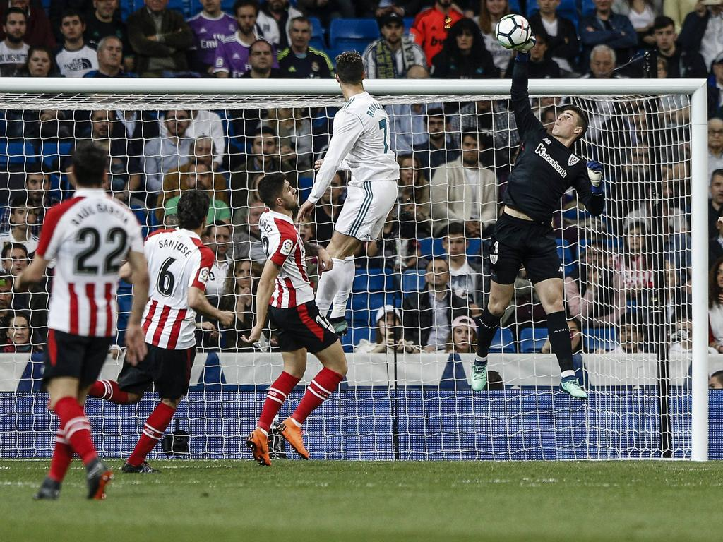Ronaldo cabecea un centro y Kepa lo saca con un paradón. (Foto: Getty)