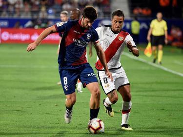 Melero y Trejo pugnan por el balón en la banda. (Foto: Imago)