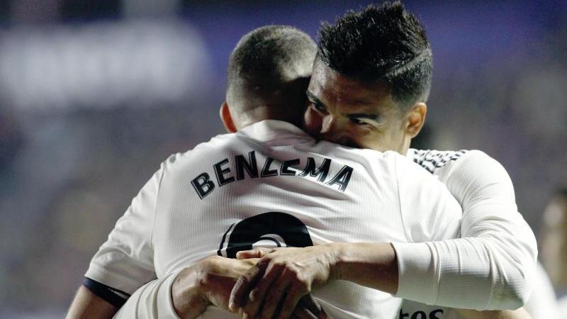 Real Madrids Karim Benzema und Casemiro bejubelt den Sieg gegen UD Levante