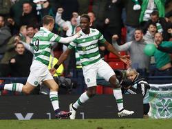 Moussa Dembélé (r.) heeft Celtic met een fantastische hakbal op voorsprong gezet tegen Rangers FC. Leigh Griffiths (l.) is er snel bij om het feestje met hem te vieren. (23-10-2016)