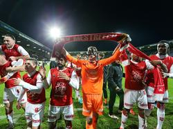 De spelers van MVV gaan uit hun dak na de gewonnen derby tegen Fortuna Sittard. In het stadion van de rivaal wordt een feestje gevierd met de uitsupporters. (18-11-2016)