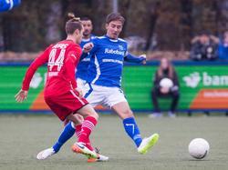 James Efmorfidis (l.) vecht een duel uit met Roy Terschegget (r.) tijdens het competitieduel GVVV - Jong AZ Alkmaar (12-11-2016).