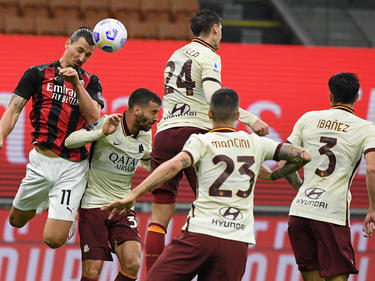 Zlatan cabecea un balón en el duelo de la primera vuelta entre Milan y Roma.